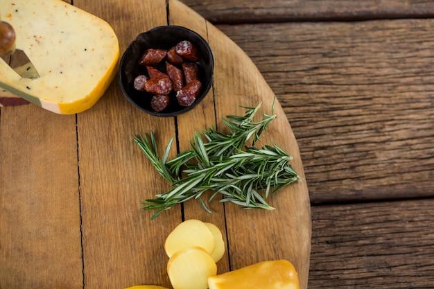 Odmiana sera i rozmarynu na desce