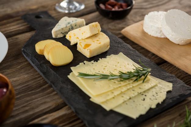 Odmiana sera i rozmarynu zioła na drewnianym stole