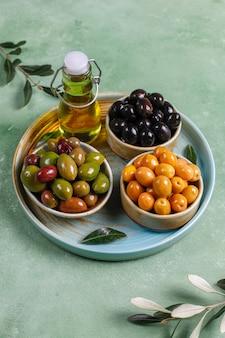 Odmiana zielonych i czarnych całych oliwek.