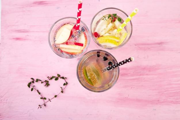 Odmiany detoksykowanej wody w szklankach