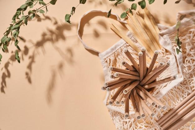 Odnawialne pojedyncze przedmioty do użytku domowego, bambusowe lub papierowe słomki, jednorazowe kubki i drewniane mieszadełka do kawy