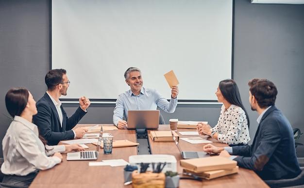 Odnosząca sukcesy biznesowa grupa ludzi w pracy w biurze