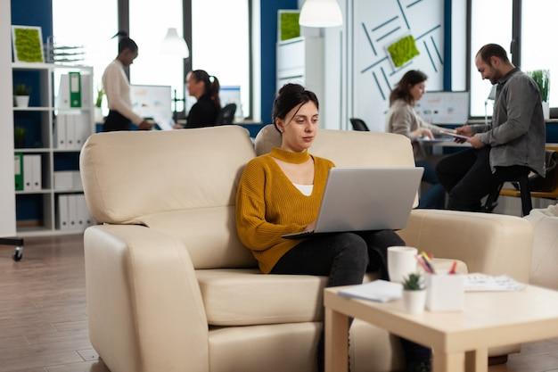 Odnosząca sukcesy biznesowa kobieta pracująca na laptopie