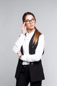 Odnosząca sukcesy bizneswoman z długimi włosami ubrana w białą koszulę