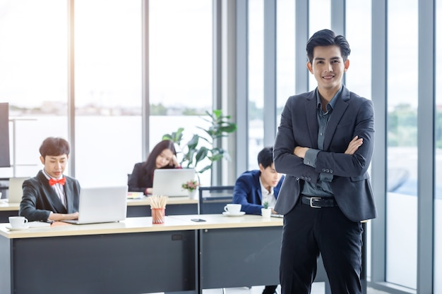 Odnosząca sukcesy firma, dyrektor młody azjatycki biznesmen partnerzy z szczęśliwymi pracownikami grupa azjatyckich ludzi biznesu o różnych płciach (lgbt) w sali konferencyjnej w biurze