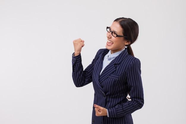 Odnosząca sukcesy, podekscytowana, szczęśliwa azjatycka kobieta biznesu