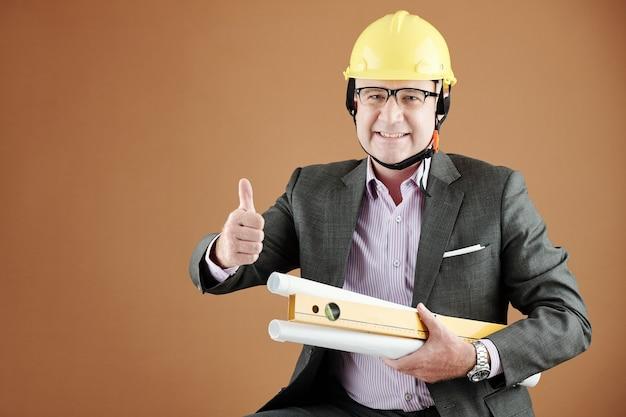Odnoszący sukcesy inżynier z planami