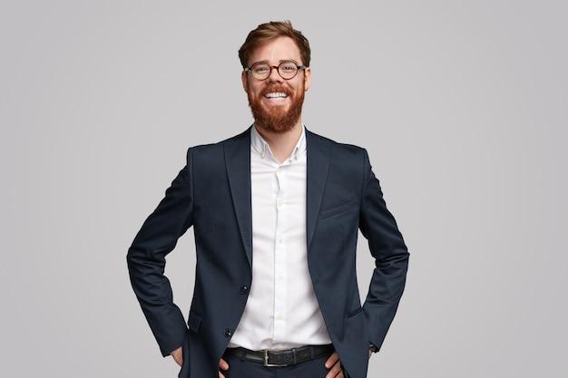 Odnoszący sukcesy irlandzki biznesmen z imbirową brodą radośnie uśmiechnięty