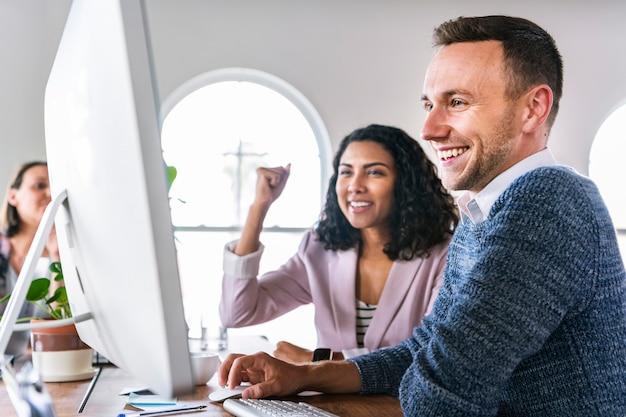 Odnoszący sukcesy koledzy w biurze