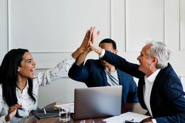 Odnoszący sukcesy ludzie biznesu przybijają piątkę