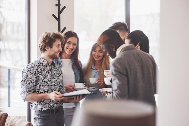 Odnoszący sukcesy ludzie biznesu używają gadżetów