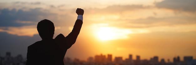 Odnoszący sukcesy ludzie biznesu wraz ze wzrostem sprzedaży