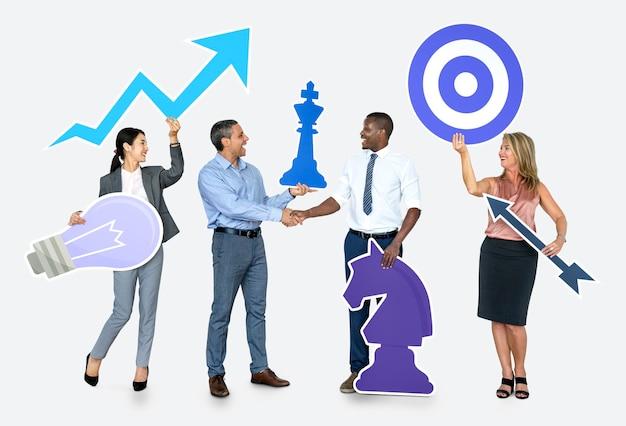 Odnoszący sukcesy ludzie biznesu z planami strategicznymi