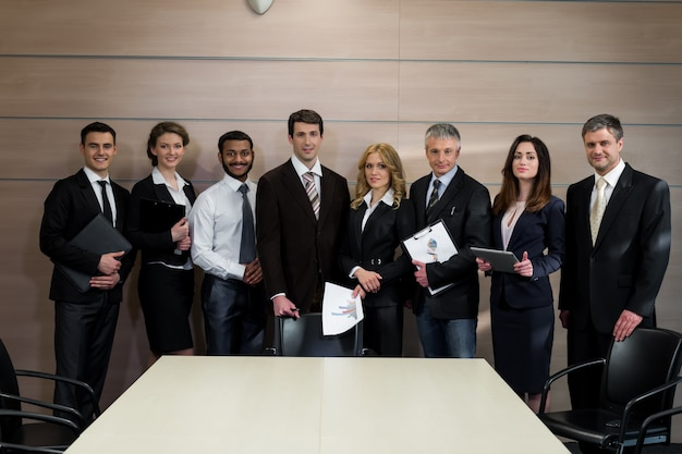 Odnoszący sukcesy menedżerowie zespołów biznesowych w biurze