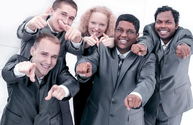 Odnoszący sukcesy międzynarodowy zespół biznesowy pokazujący ręce do przodu