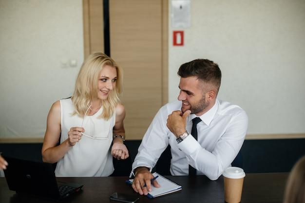 Odnoszący sukcesy pracownicy w biurze omawiają nowe projekty. biznes, finanse