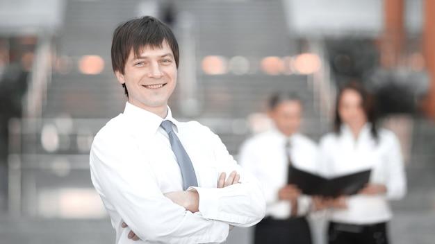 Odnoszący sukcesy pracownik w tle biura. pomysł na biznes