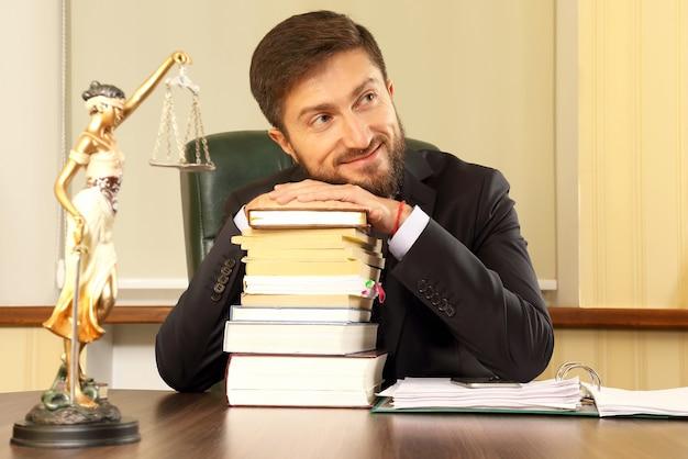 Odnoszący sukcesy prawnik w biurze z książkami i dokumentami