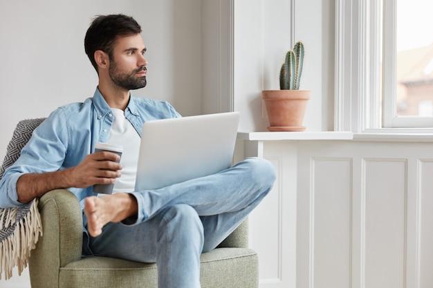 Odnoszący sukcesy programista pracujący w domu