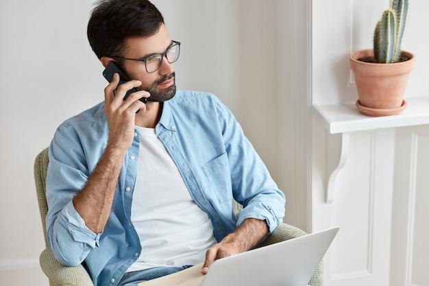 Odnoszący sukcesy przedsiębiorca pracujący w domu