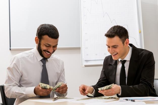 Odnoszący sukcesy urzędnicy liczą pieniądze duży sukces w biznesie sprzedaży