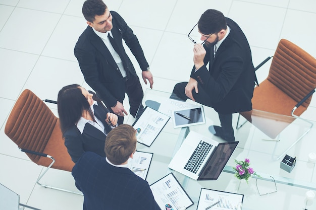 Odnoszący sukcesy zespół biznesowy omawiający grafikę marketingową na spotkaniu warsztatowym