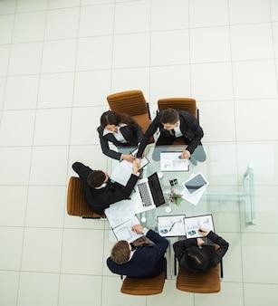 Odnoszący sukcesy zespół biznesowy omawiający nowe schematy marketingowe w miejscu pracy w biurze