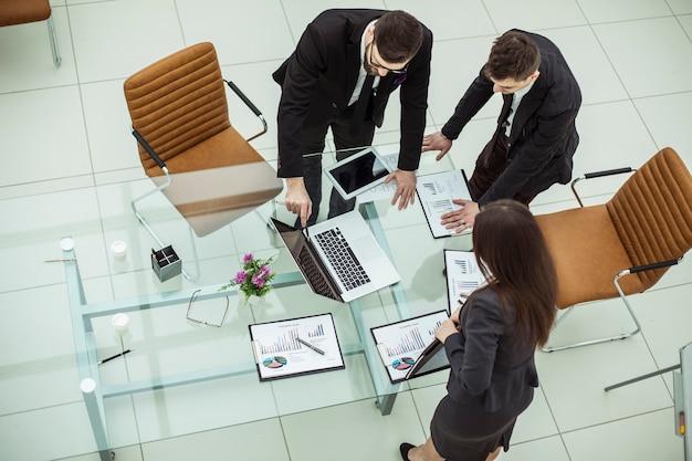 Odnoszący sukcesy zespół biznesowy omawiający nowy plan finansowy firmy