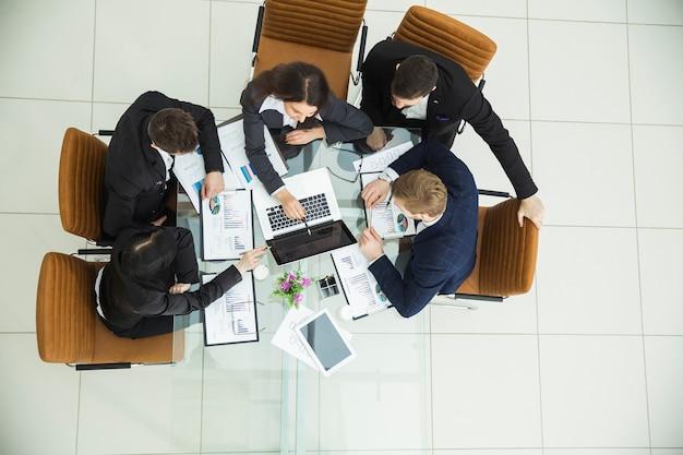 Odnoszący sukcesy zespół biznesowy pracujący nad raportem finansowym o zyskach firmy
