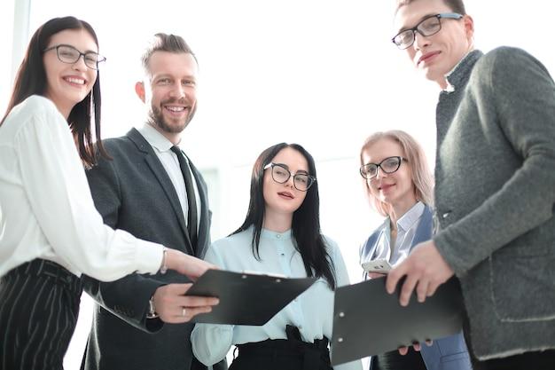 Odnoszący sukcesy zespół biznesowy z dokumentami biznesowymi