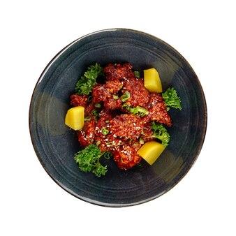 Odosobniona miska azjatyckiego pikantnego kurczaka z daikon