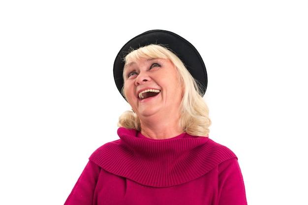 Odosobniona starsza kobieta śmiać się.