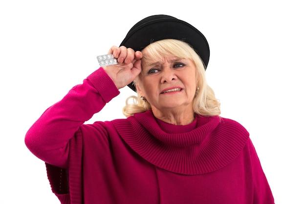 Odosobniona starsza kobieta z pigułkami.