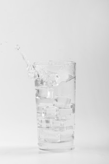 Odosobniona szklanka wody
