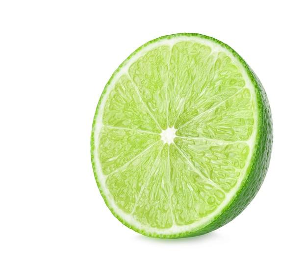 Odosobnione limonki. cały owoc wapna i plasterki na białym tle