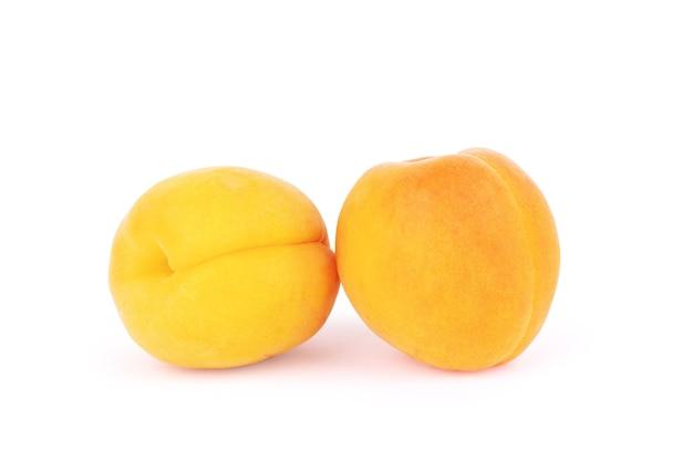 Odosobnione morele świeże całe owoce moreli z liściem