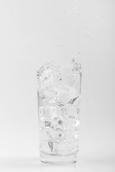 Odosobnione szklankę wody z lodem