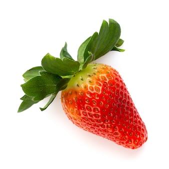 Odosobnione truskawki. dwa całe owoce truskawek i pół na białym tle.