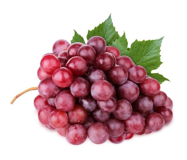 Odosobnione winogrona. kiść winogron czerwonych na białym tle na białym tle ze ścieżką przycinającą.