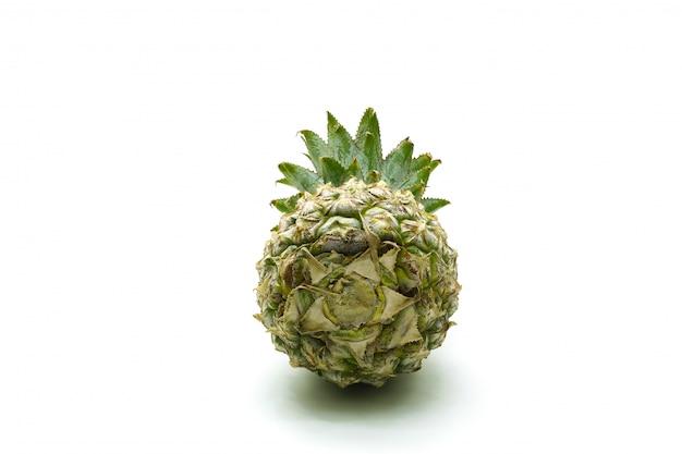 Odosobniony ananasowy owoc pokrajać na bielu
