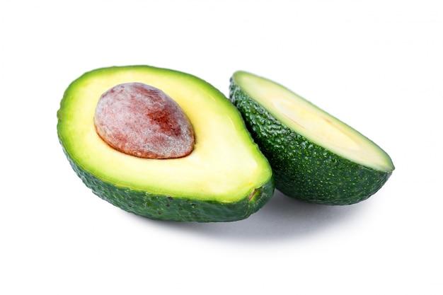 Odosobniony avocado na białym tle. pojedyncze owoce tropikalne
