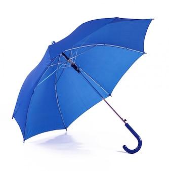Odosobniony błękitny parasol w białym tle