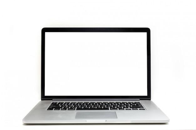 Odosobniony laptop z pustą przestrzenią na białym tle