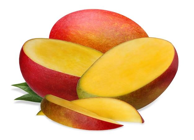 Odosobniony mango. dojrzałe mango, owoce całe i pół odizolowane na białym tle.