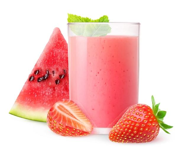 Odosobniony napój szklanka arbuza i truskawkowego smoothie z miętą na białym tle