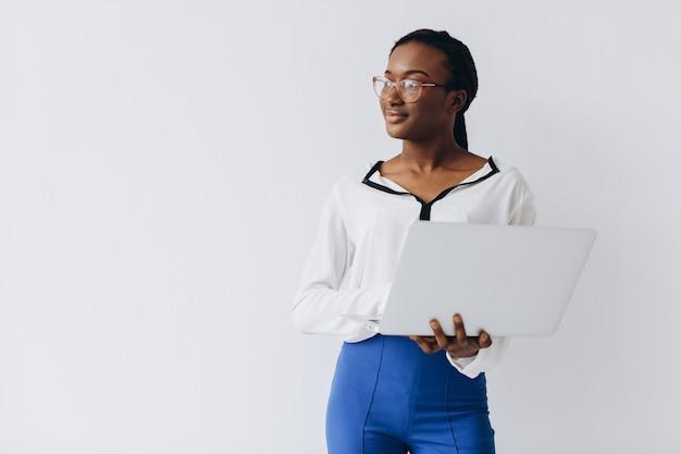 Odosobniony strzał czarny bizneswoman trzyma laptop