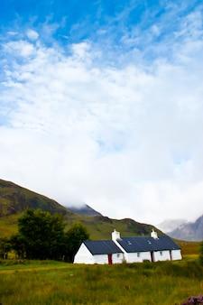 Odosobniony szkocki dom w górach higlands, szkocja