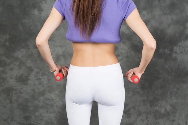 Odosobniony tylny widok młoda dziewczyna przy sprawności fizycznej gym