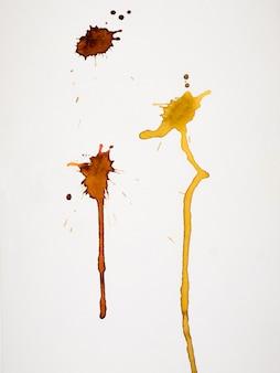 Odosobniony żółty pluśnięcie na papierze