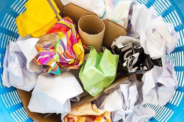 Odpady papieru w koszu